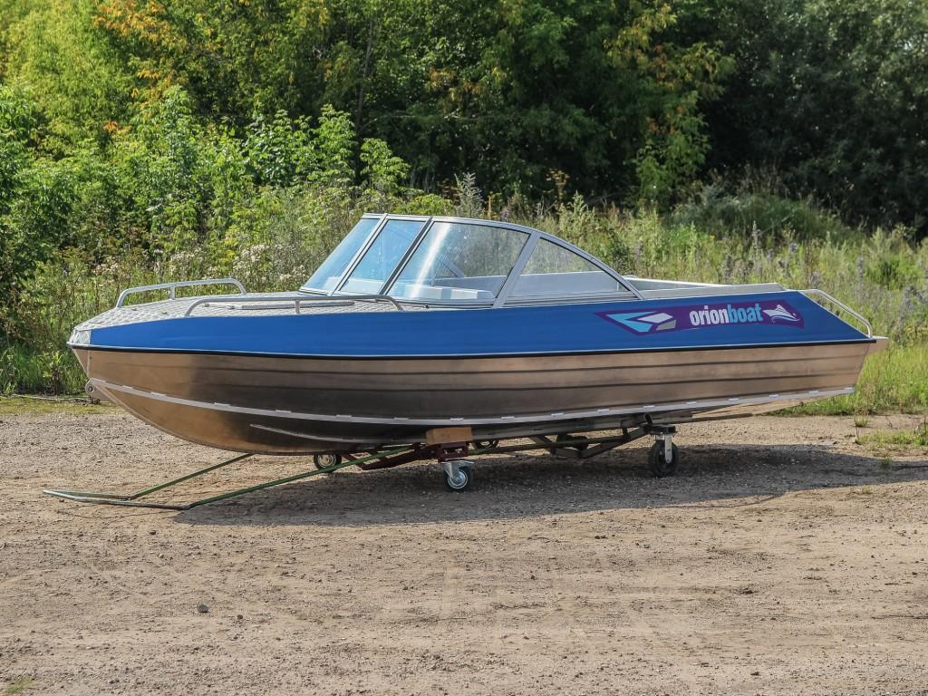 Алюминиевая моторная лодка Orionboat 48КУ - консоль с форточкой и панелью управления