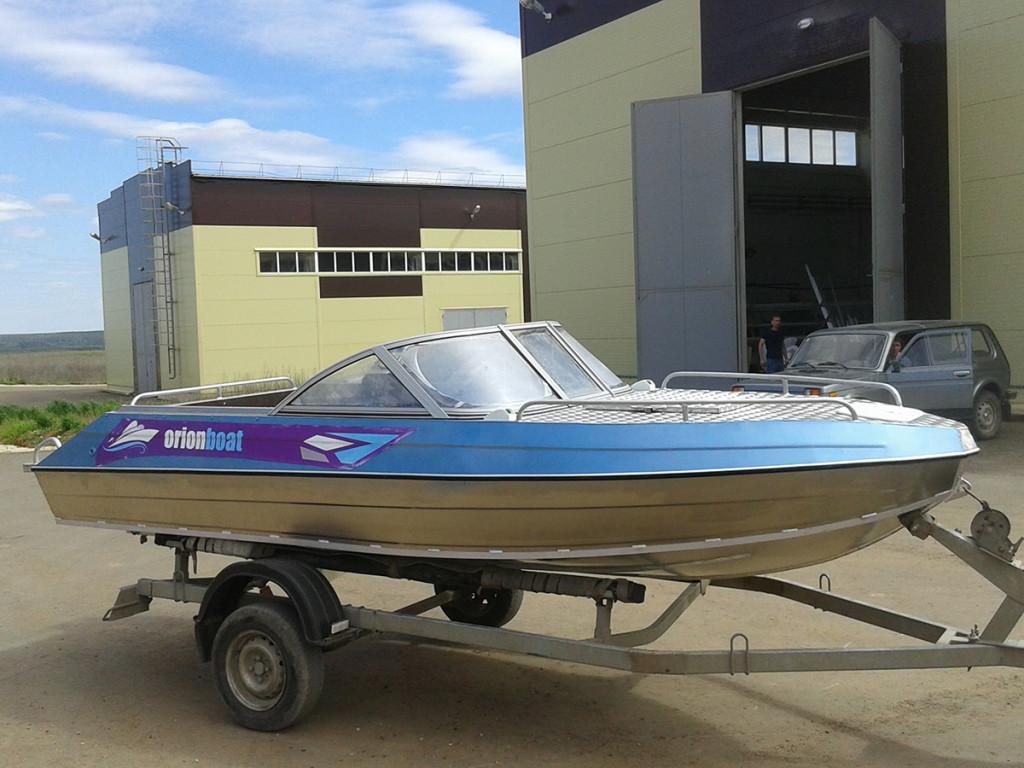 Алюминиевая моторная лодка Orionboat 48К - консоль с форточкой и панелью управления